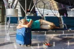 В аэропортах Москвы запретили сидеть на полу и лежать на сиденьях